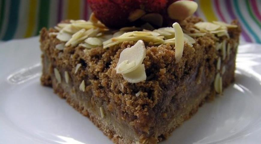 Рецепт Песочный тарт с клубникой и ревенем под миндальной крошкой