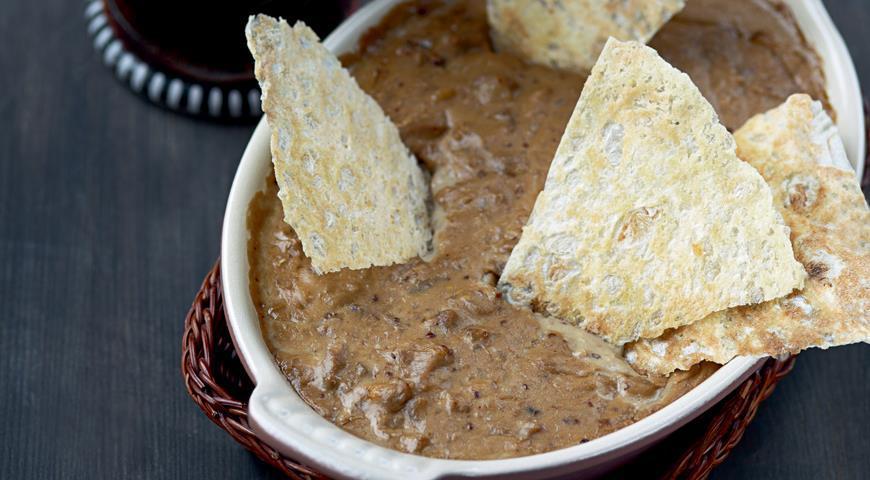 Рецепт Горячий сырный соус с цесаркой и домашними чипсами