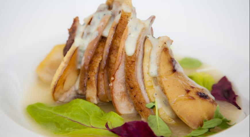 Рецепт Салат с утиной грудкой и карамелизированной грушей и муссом из дыни