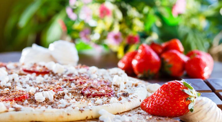 Рецепт Пицца «Дольче» с клубникой, молочным шоколадом и меренгами