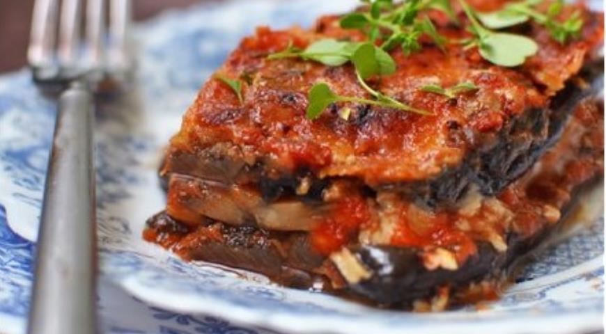 Рецепт Баклажанная запеканка с грибами и моцареллой в томатном соусе