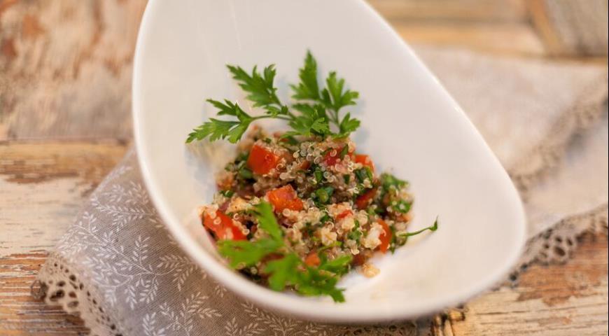 Рецепт Перуанский салат с киноа, свежей зеленью и томатами