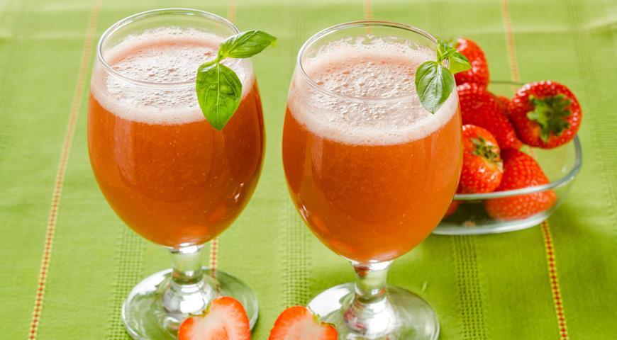 Рецепт Клубничный напиток с базиликовым льдом