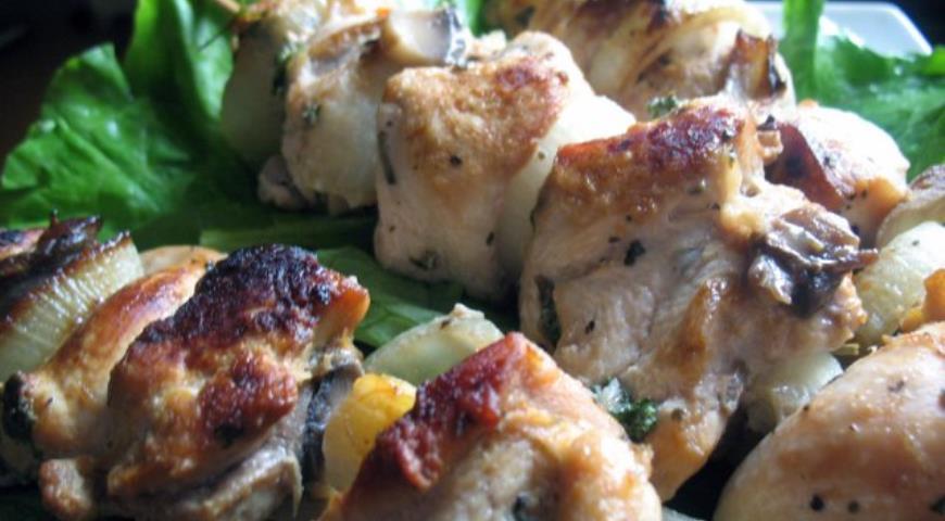 Рецепт Куриные шашлычки с грибами на шпажках
