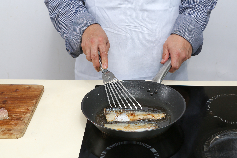 Фото приготовления рецепта: Балык экмек, буквально «рыба с хлебом» по-турецки, шаг №2