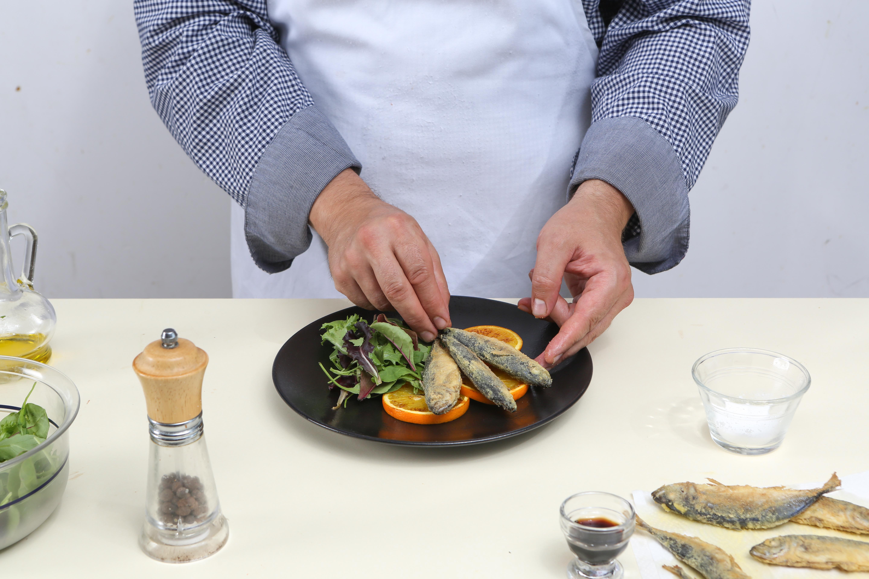 Фото приготовления рецепта: Жареная ставрида с апельсинами, шаг №5
