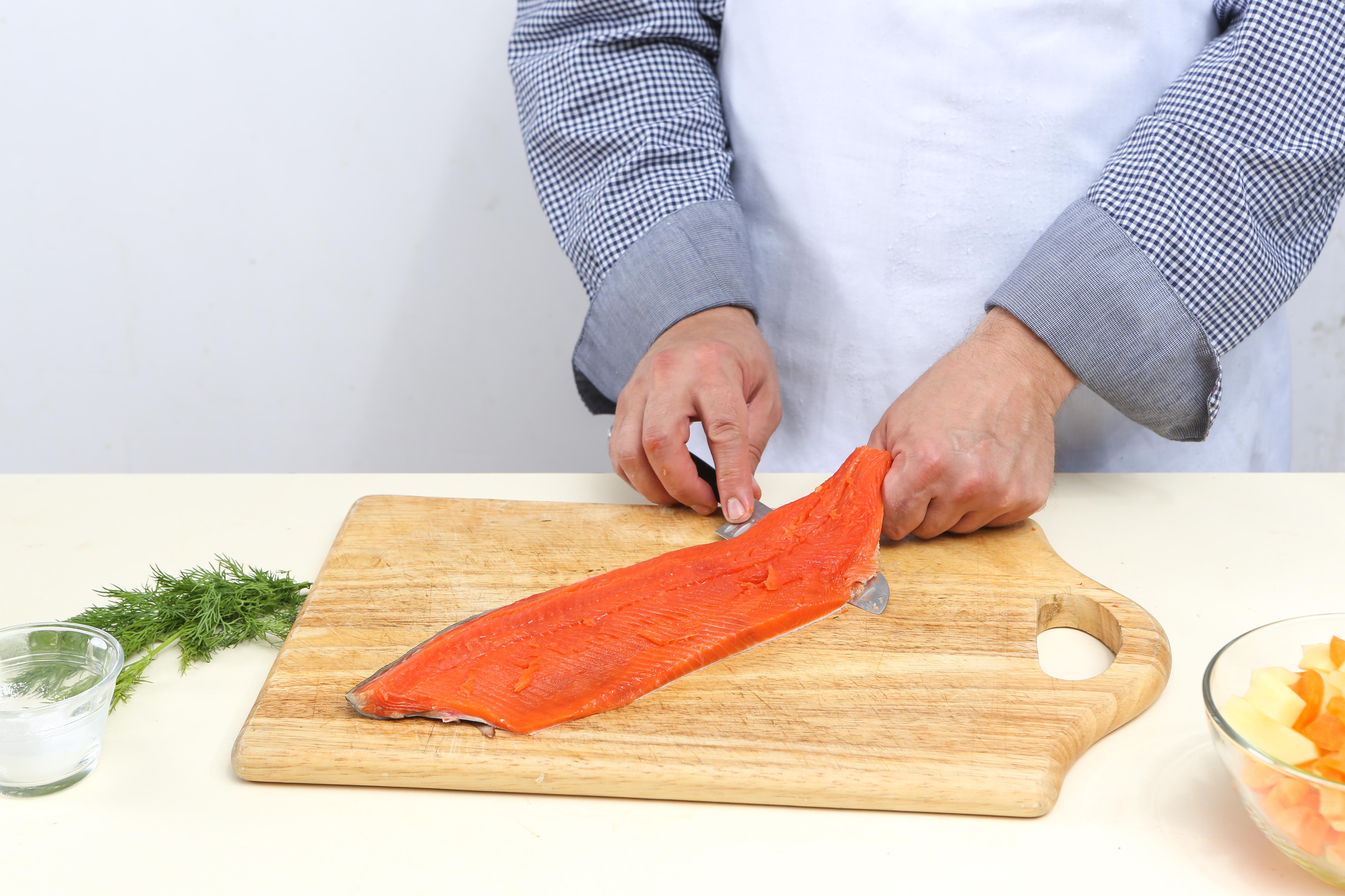 Фото приготовления рецепта: Домашняя уха со слабосоленой неркой , шаг №5