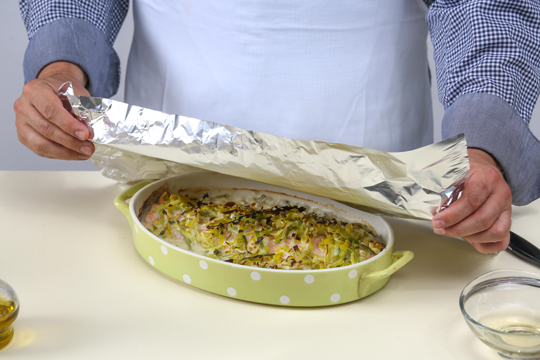 Фото приготовления рецепта: Чавыча под шубой из лука-порея, шаг №4