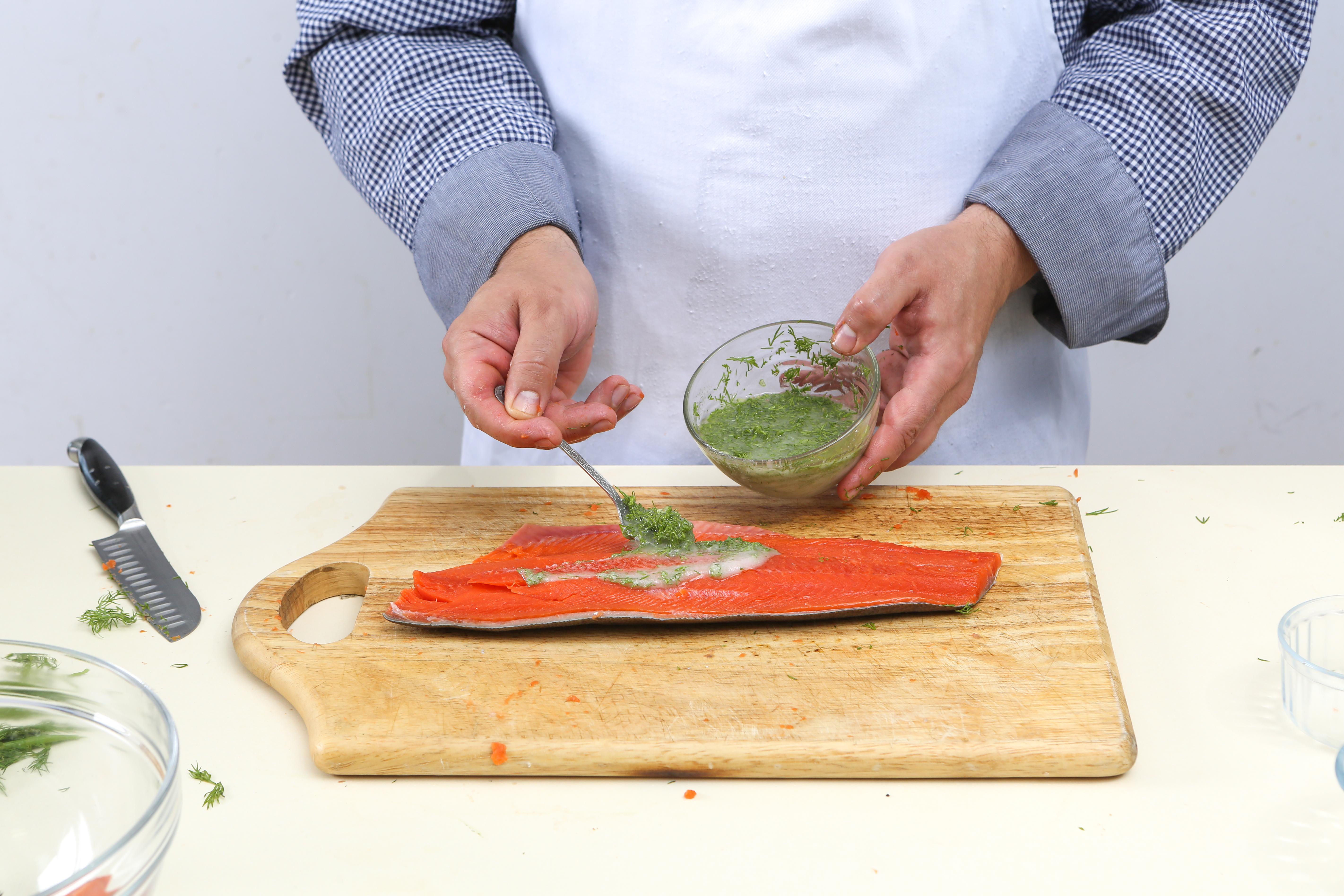 Фото приготовления рецепта: Домашняя уха со слабосоленой неркой , шаг №2