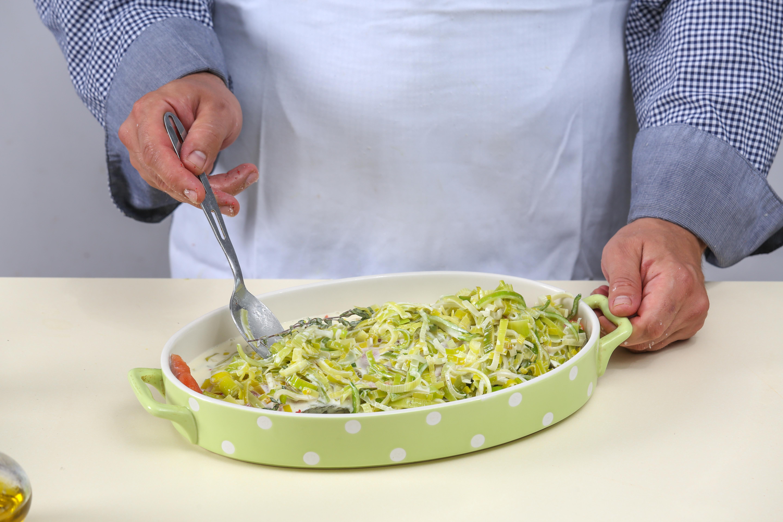 Фото приготовления рецепта: Чавыча под шубой из лука-порея, шаг №3