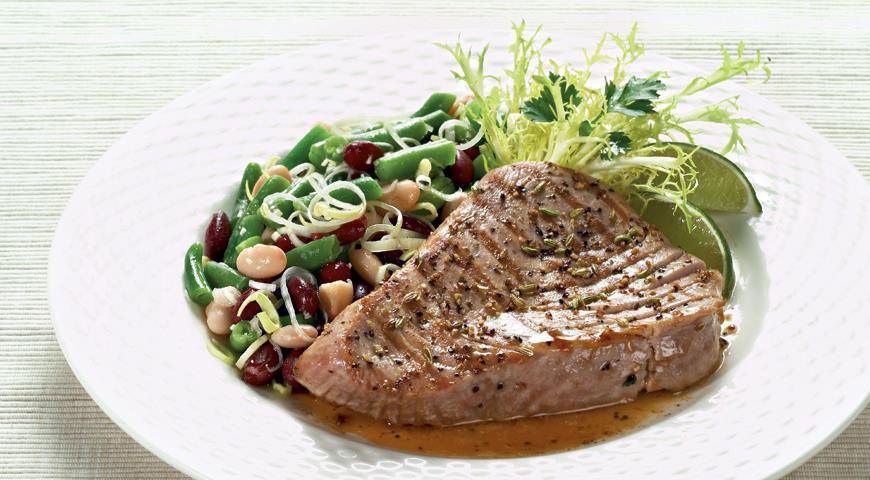 Рецепт Тунец со свежими травами и салатом из фасоли