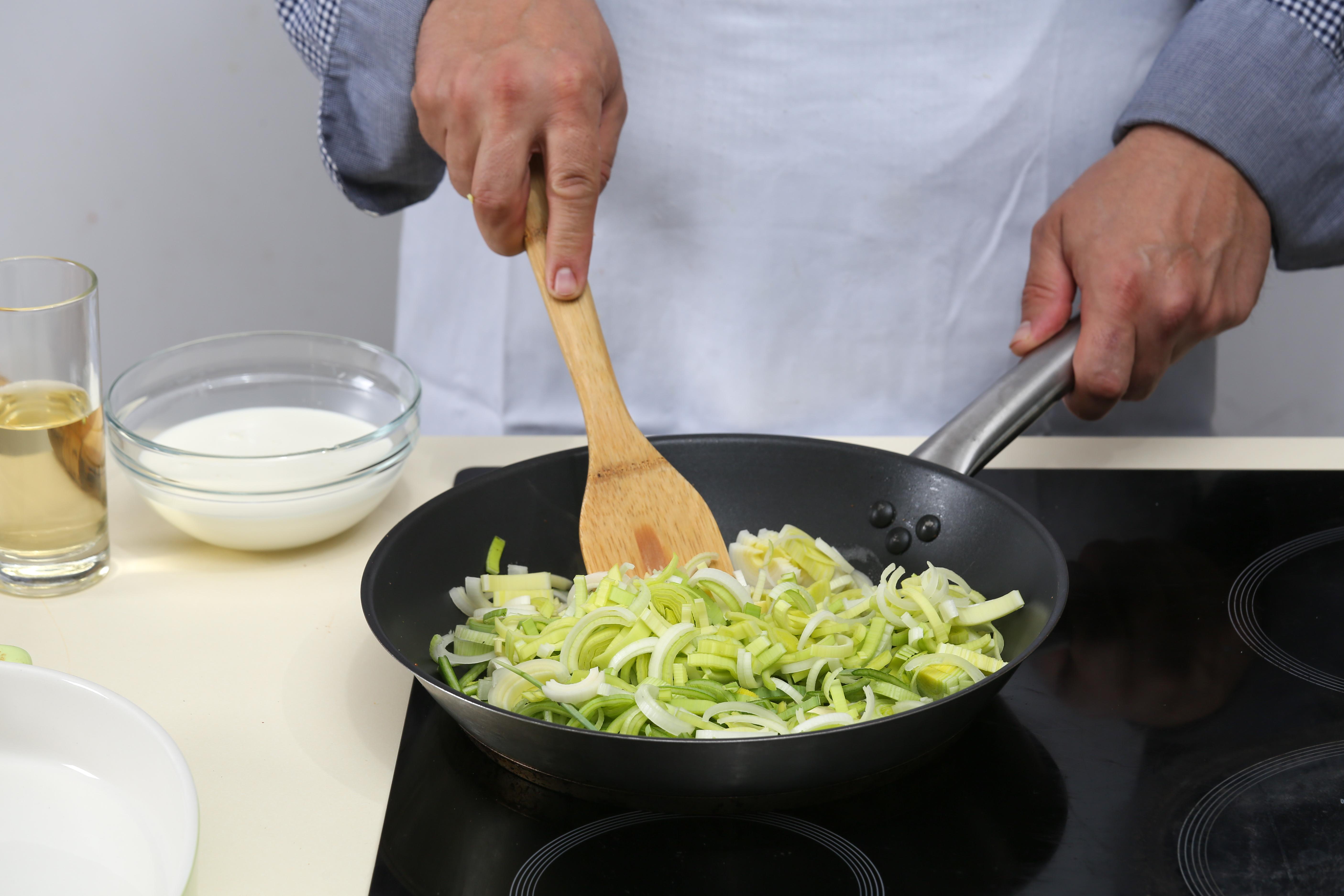 Фото приготовления рецепта: Чавыча под шубой из лука-порея, шаг №2