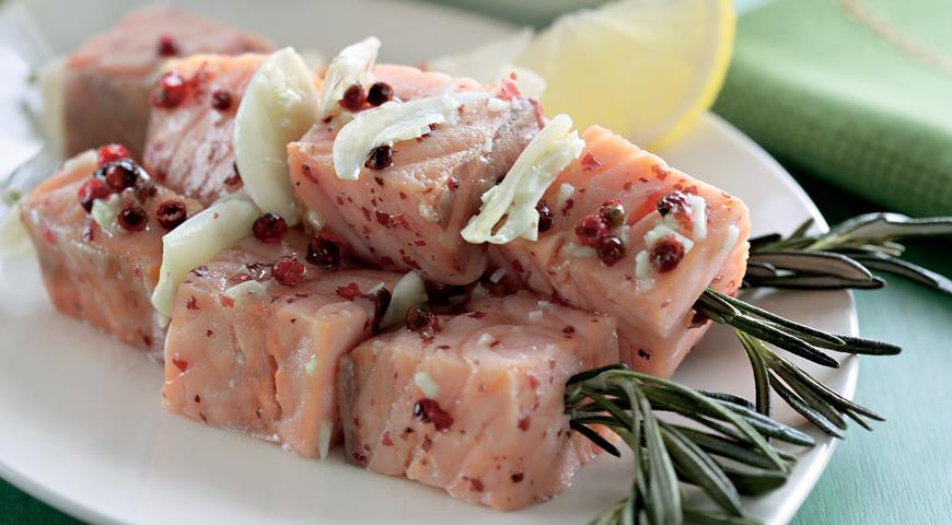 Рецепт Розмариновые шашлычки из форели с овощным салатом