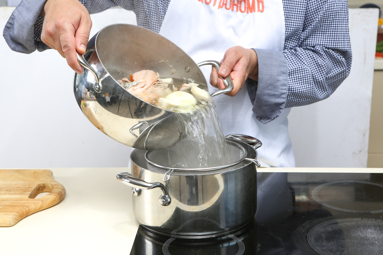 Фото приготовления рецепта: Домашняя уха со слабосоленой неркой , шаг №3