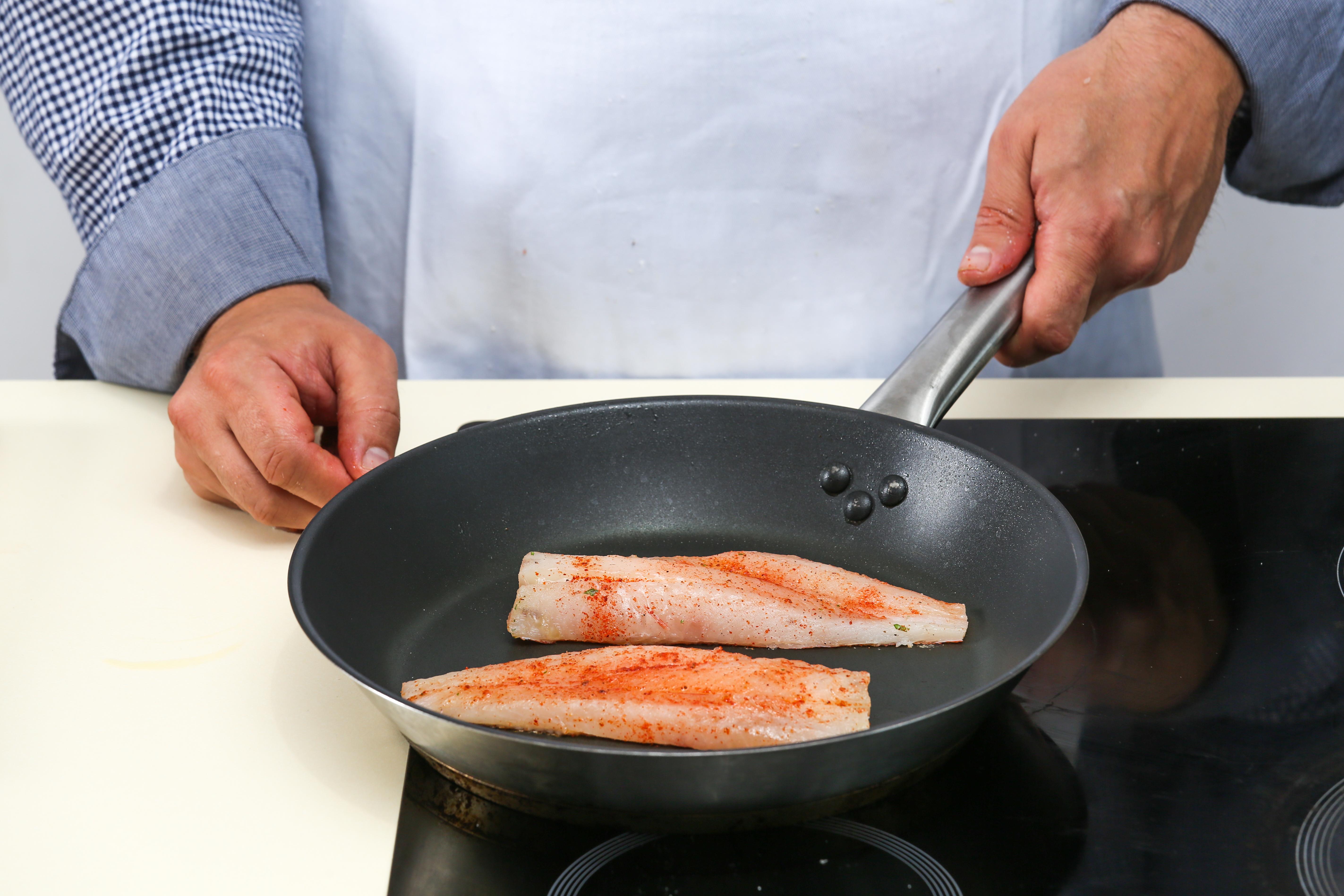 Фото приготовления рецепта: Жареный морской окунь с апельсиновым соусом, шаг №3