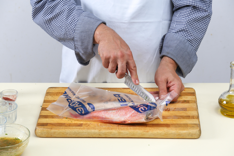 Фото приготовления рецепта: Жареный морской окунь с апельсиновым соусом, шаг №1