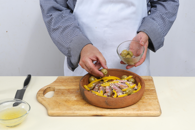 Фото приготовления рецепта: Барабулька с оливками и сладким перцем, шаг №4