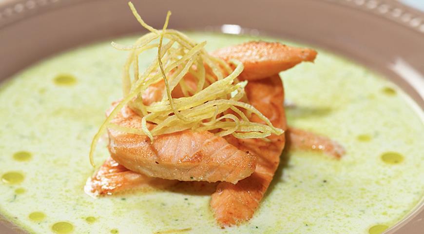 Рецепт Жареный лосось с супом из йогурта и огурцов