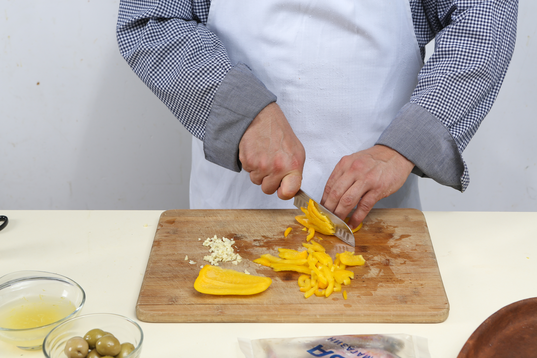 Фото приготовления рецепта: Барабулька с оливками и сладким перцем, шаг №3