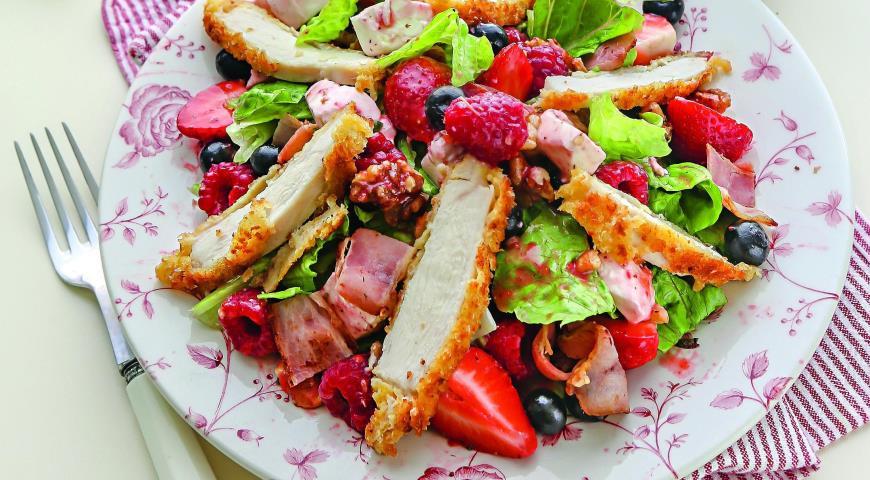 Рецепт Салат с курицей, ягодами и орехами