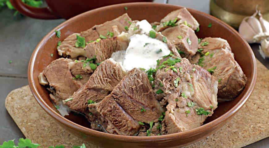 Рецепт Мясо отварное с чесночным соусом