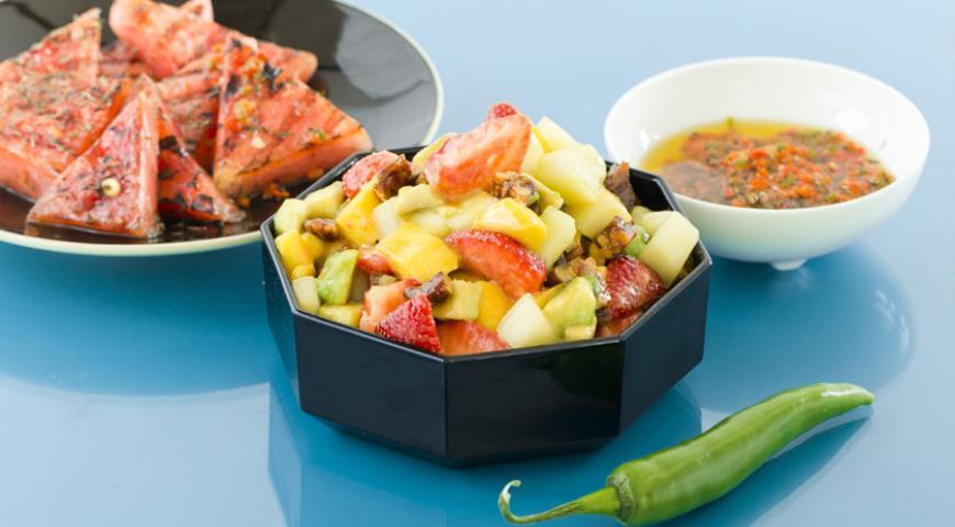 Рецепт Салат с дыней, манго и клубникой