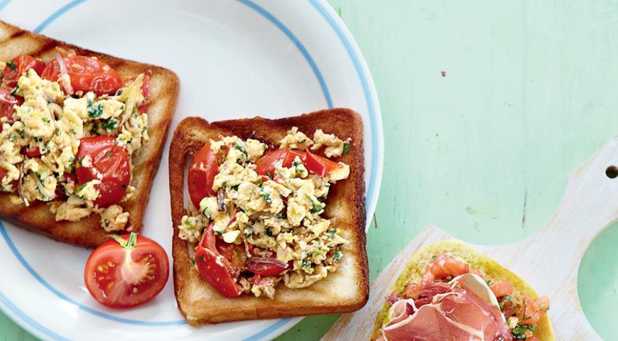 Рецепт Яичница-болтунья с помидорами и чили