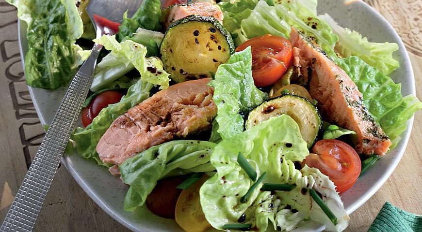 Рецепт Теплый салат из цукини и семги