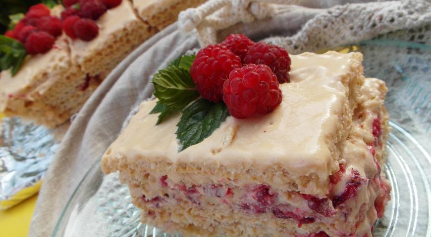 Рецепт Вафельный торт с малиной (без выпечки)
