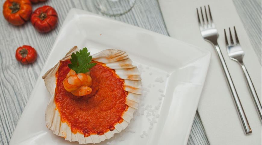 Рецепт Морские гребешки в раковинах сантьяго де компостела с креветками в томатно-перечном соусе