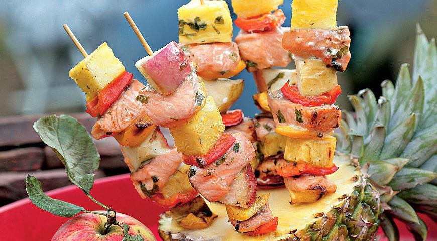 Рецепт Брошеты из семги с ананасом и яблоками