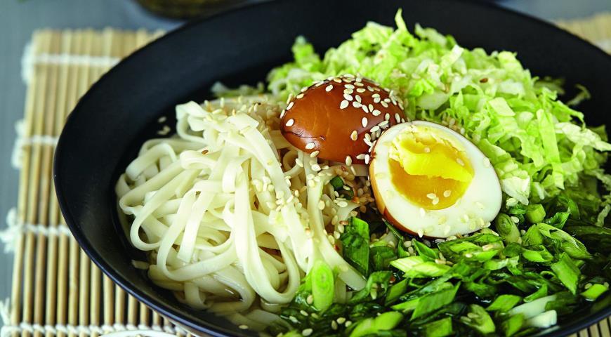 Рецепт Суп с маринованными в соевом соусе яйцами цесарки и лапшой удон