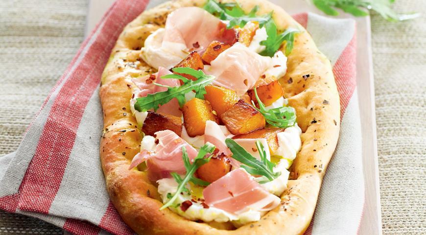 Рецепт Мини-пицца с тыквой, козьим сыром и ветчиной