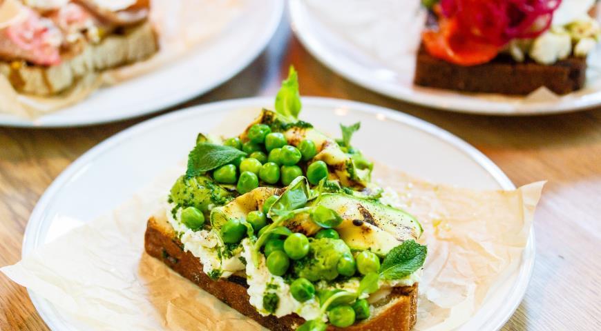 Рецепт Брускетта с домашним сыром и хумусом