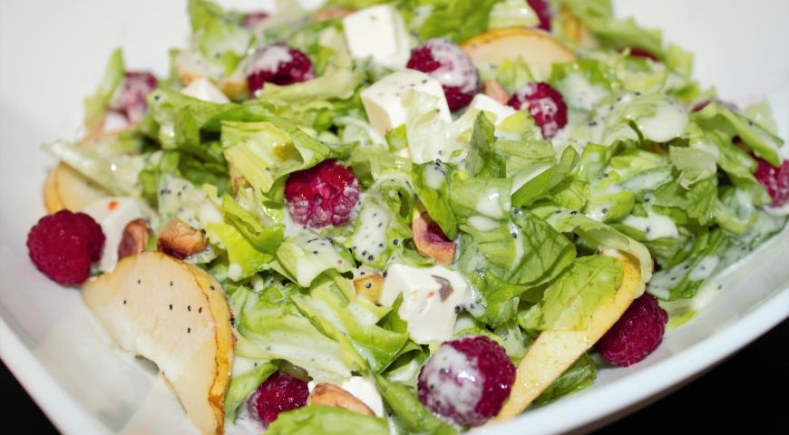 Рецепт Зеленый салат с малиной и грушей