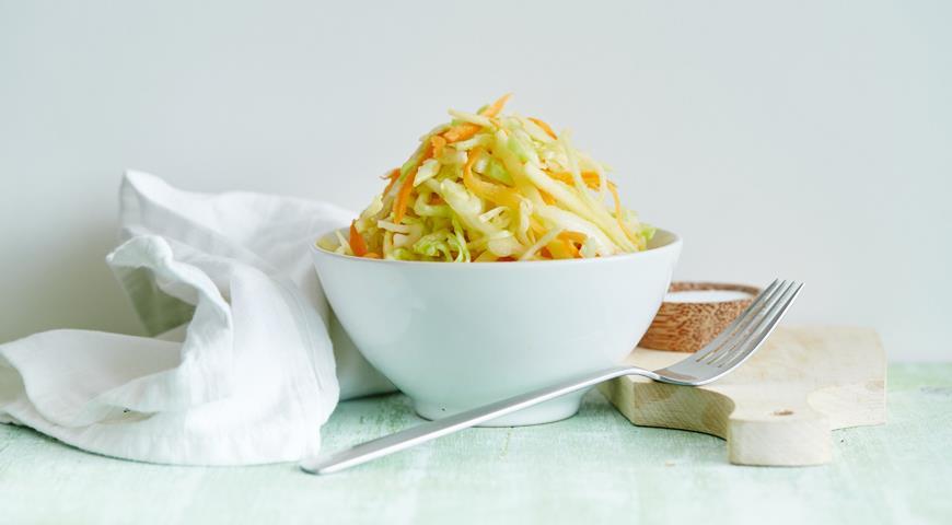 Рецепт Салат из молодой капусты с яблоками