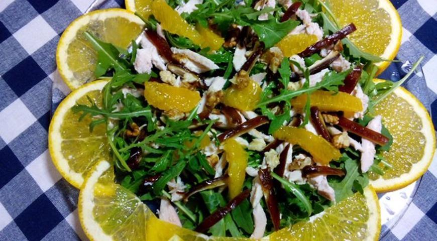 Рецепт Салат с курицей, финиками и апельсинами