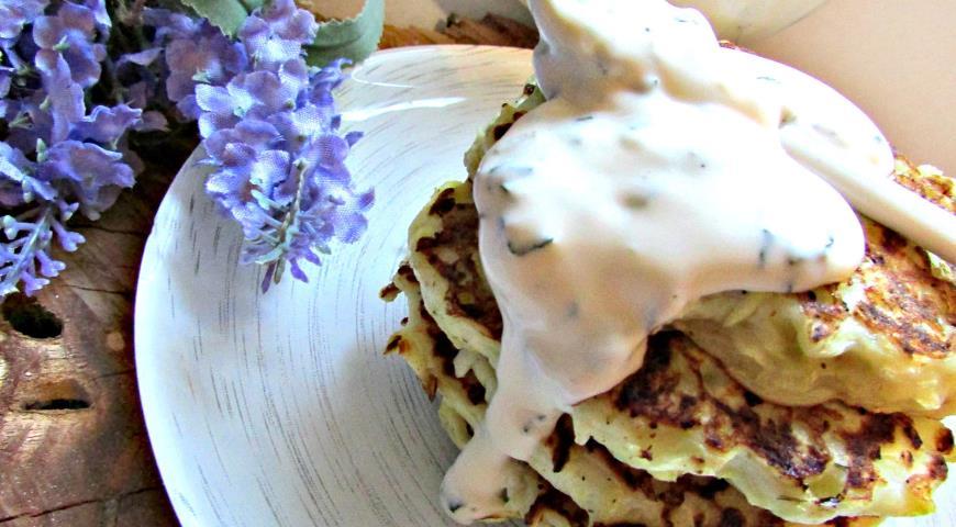 Рецепт Кабачковые оладьи с козьим сыром и йогуртовым соусом