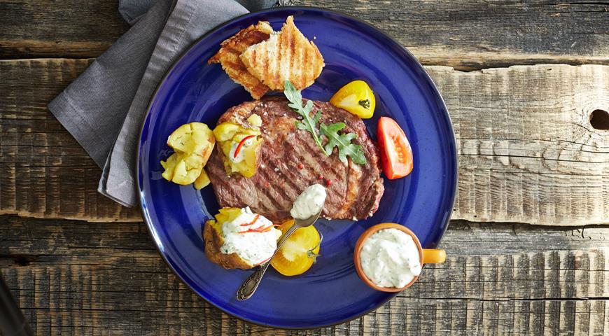 Рецепт Стейк рибай с печёным молодым картофелем и острым сырным соусом