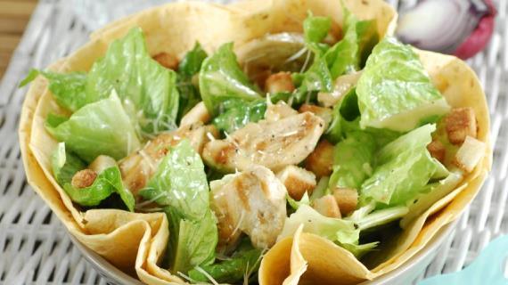 Какой салат используется в салате цезарь