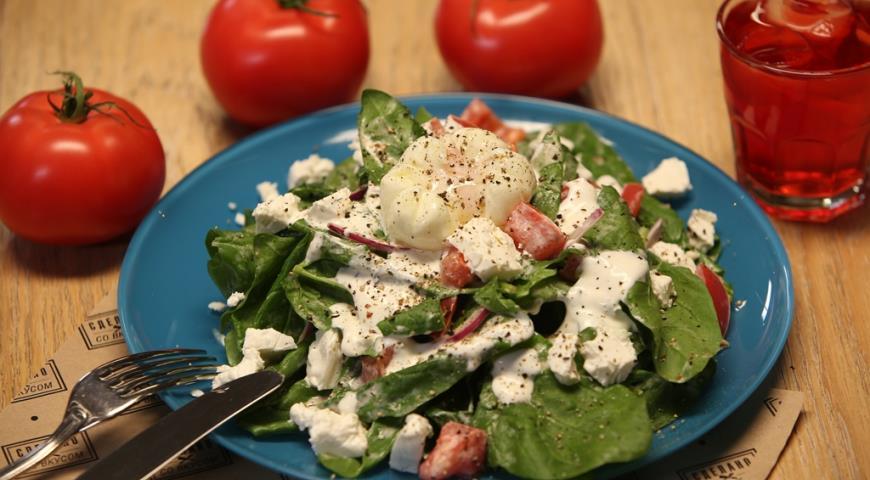 Рецепт Салат со шпинатом, томатами и яйцом пашот