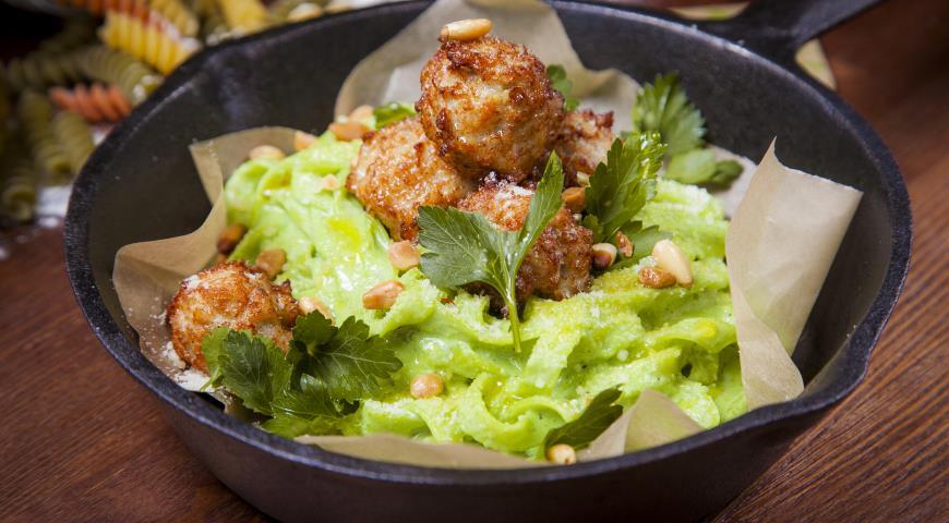 Рецепт Паста с кремом из шпината, куриными фрикадельками и кедровыми орешками
