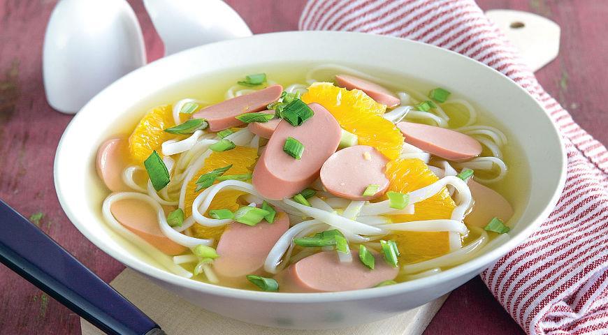 Рецепт Суп с сосисками, апельсинами и рисовой лапшой