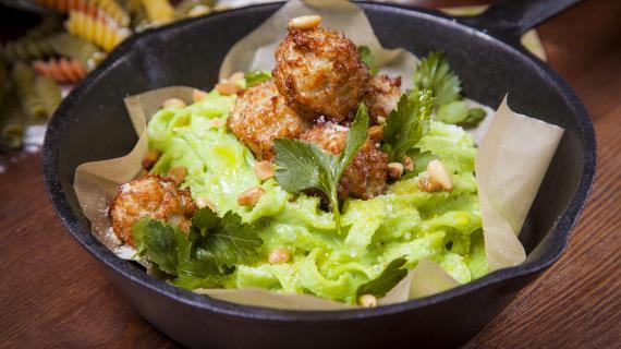 Паста с кремом из шпината, куриными фрикадельками и кедровыми орешками