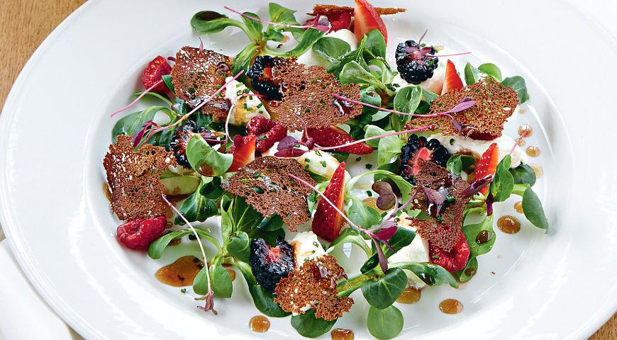 Рецепт Салат с ягодами и сыром