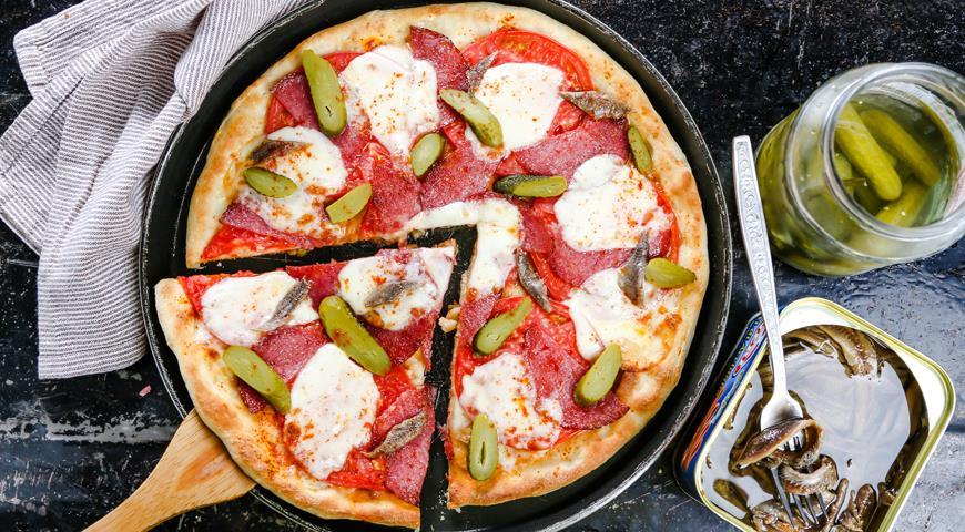 Рецепт Пицца с колбасой и солеными огурцами