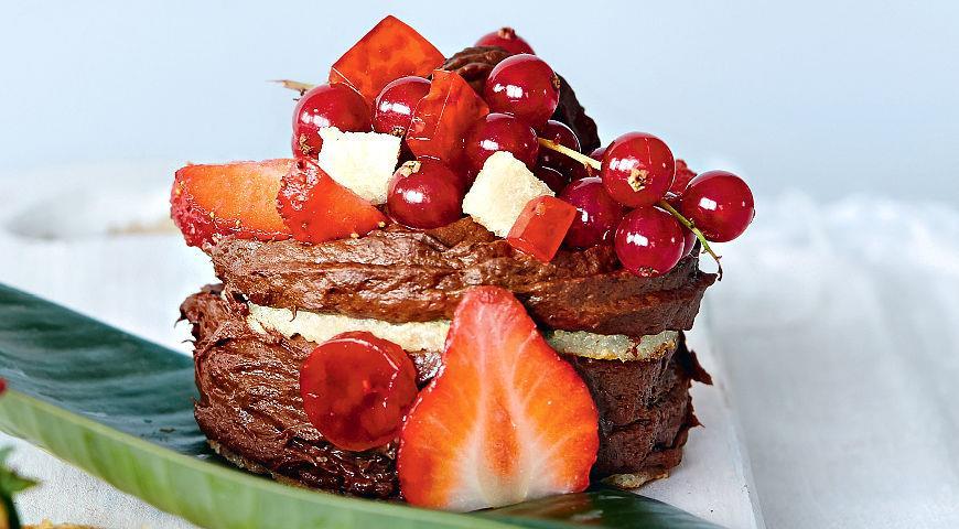 Рецепт Фитнес-пирожное из миндального бисквита с бананово-шоколадным кремом и ягодным желе