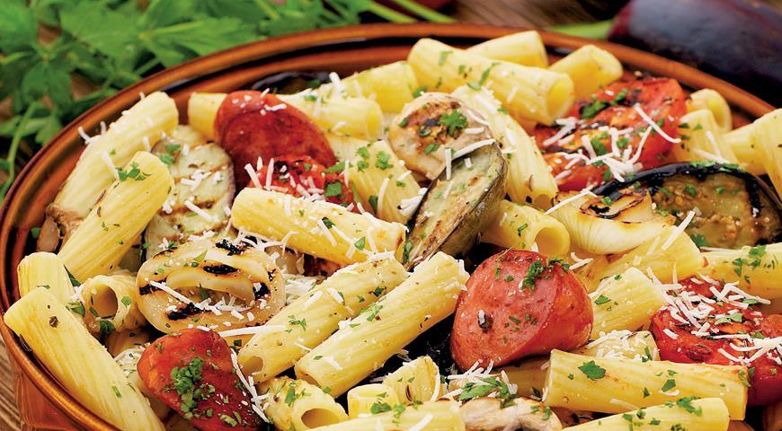 Рецепт Теплый салат с баклажанами и колбасками