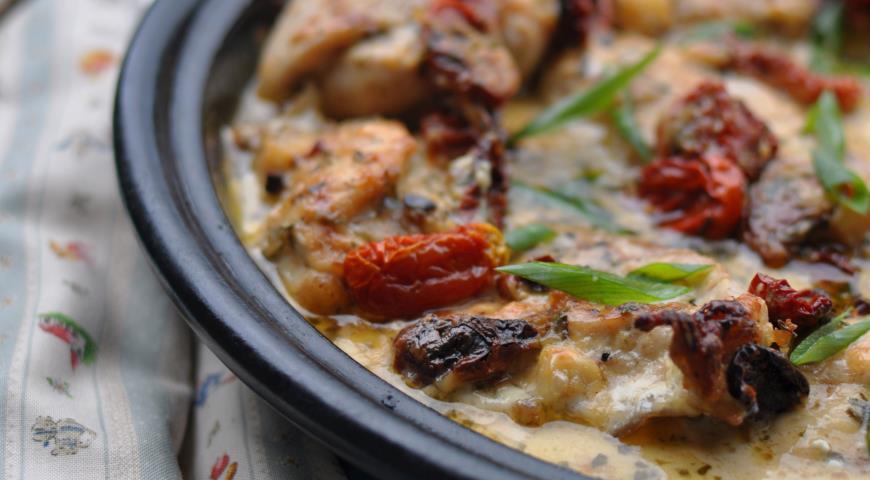 Рецепт Курица, запеченная в сливочно-сырном соусе с вялеными томатами и прованскими травами