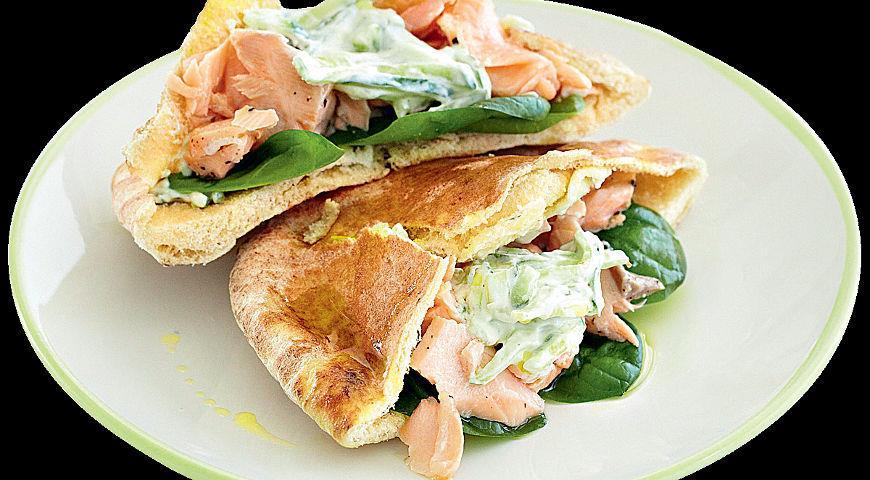 Рецепт Сэндвич с семгой, пореем и огурцами в пите